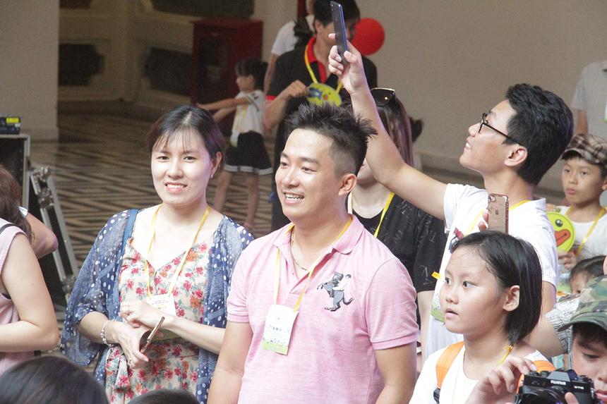 Gia đình anh Phan Vũ Thanh Huy, đơn vị FIN2, có mặt từ rất sớm để giúp hai cháu khám pháSun World Danang Wonders. Với anh, sân chơi giúp FPT Small hiểu hơn về môi trường làm việc của bố mẹ và giao lưu với nhiều gia đình khác...