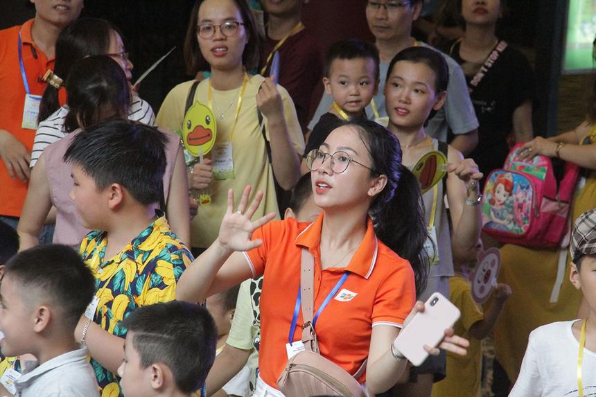Chị Lê Thị Quỳnh Ngân, Phòng Tuyển dụng FPT Software Đà Nẵng, không ngừng khuấy động bầu không khí ngày hội.