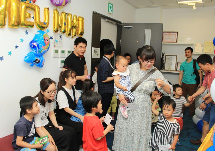 """Chiều ngày 1/6, FPT Japan đã tổ chức chương trình """"Lạc lối ở xứ sở thần tiên"""" dành cho các bé tại văn phòng Daimon, Tokyo, Nhật Bản.Dù 13h chương trình mới bắt đầu nhưng nhiều cán bộ nhân viên (CBNV) đã dẫn các bé tới công ty từ khá sớm để tham gia các hoạt động."""