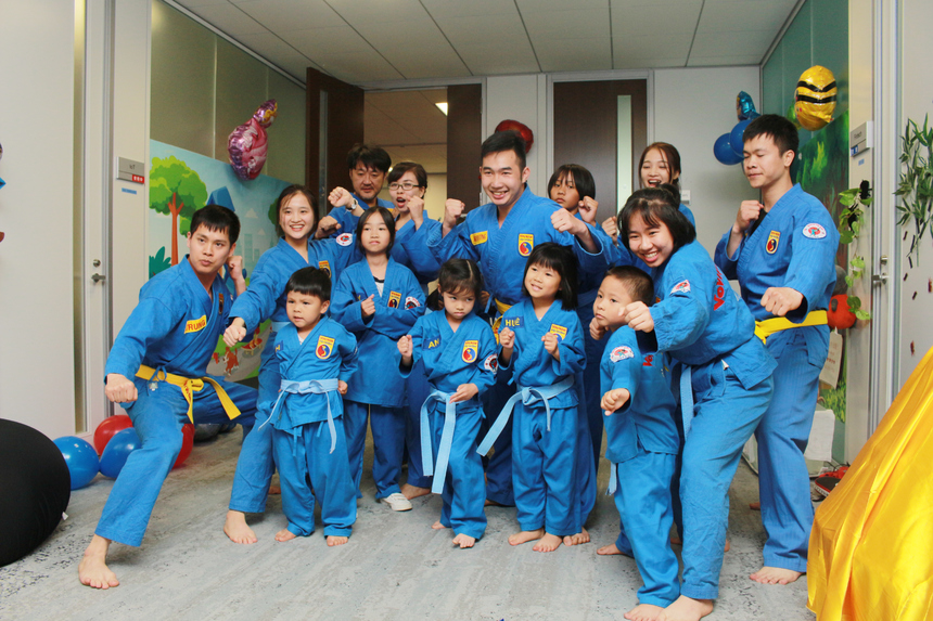 Hiện lớp võ có 11 bé, 12 người lớn (bao gồm huấn luyện viên).