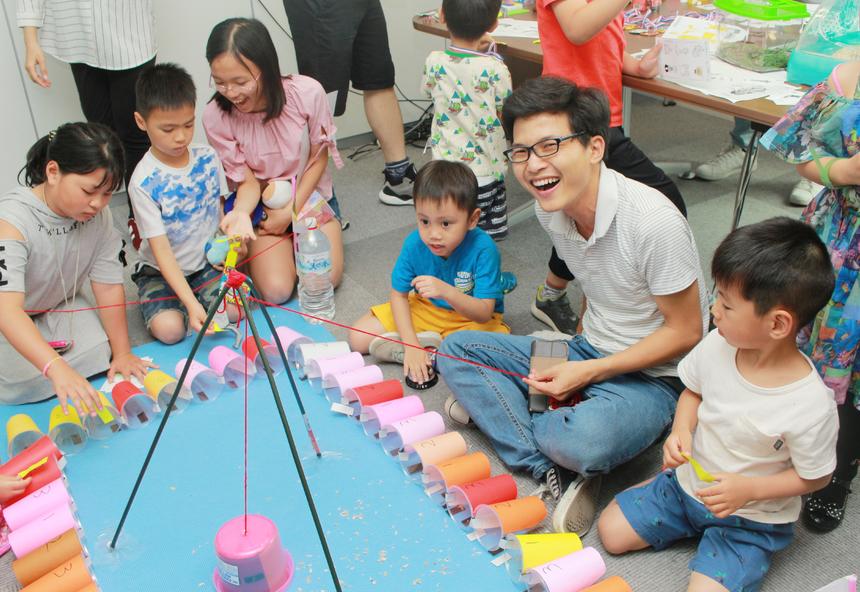 """Phòng chơi """"lô tô""""thu hút khá đông các bé tham gia. Từng bé lần lượt chọn ô số mà chú chuột sẽ đi vào."""