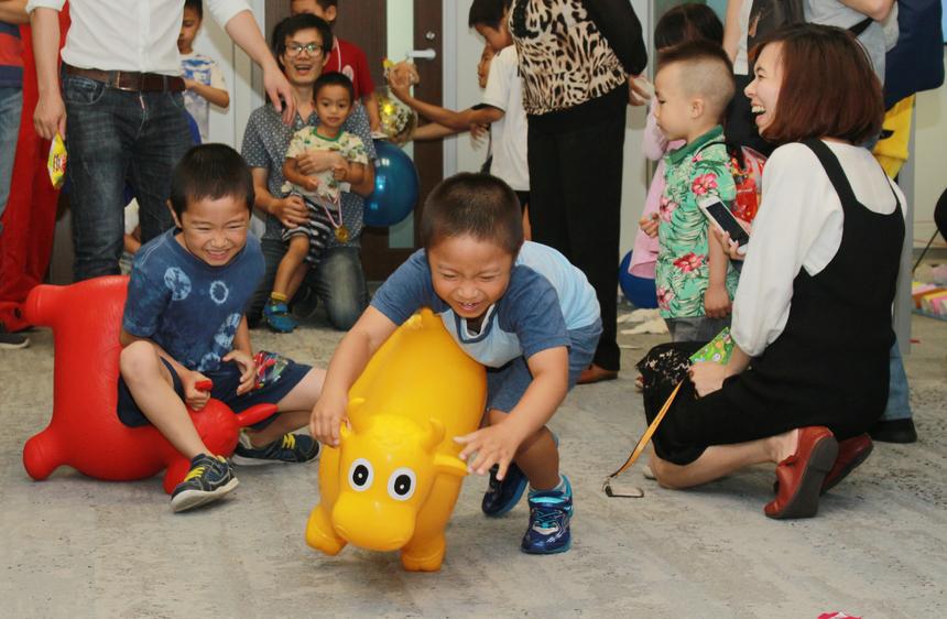 """Đối với các bé yêu thích các trò chơi vận động đã tham gia cuộc đua """"thú nhún""""."""