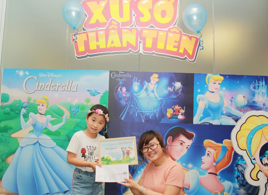 """Bé Hà Chi (con chị Nguyễn Thị Oanh) cho hay, bé được gặp và chơi được với rất nhiều bạn tại đây. Cô bé vui mừng nói: """"Con hôm nay vui lắm, lần sau con muốn chơi nhiều trò hơn""""."""