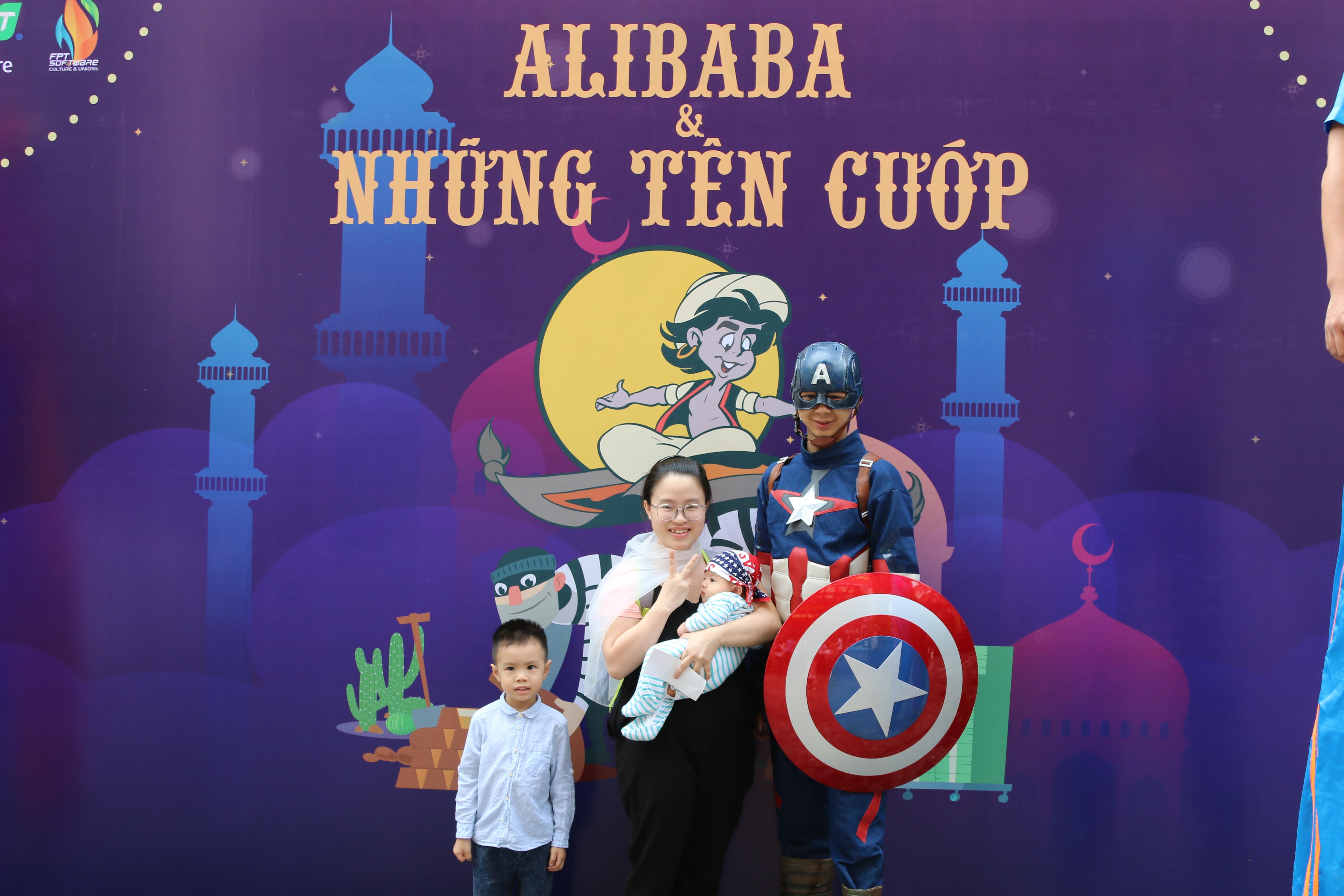 Dù 9h chương trình mới bắt đầu nhưng nhiều CBNV đã dẫn các bé tới rạp từ khá sớm để tham gia các hoạt động bên lề. Nhiều phụ huynh còn dẫn ông bà đến chung vui, như một dịp để gia đình quây quần bên nhau.