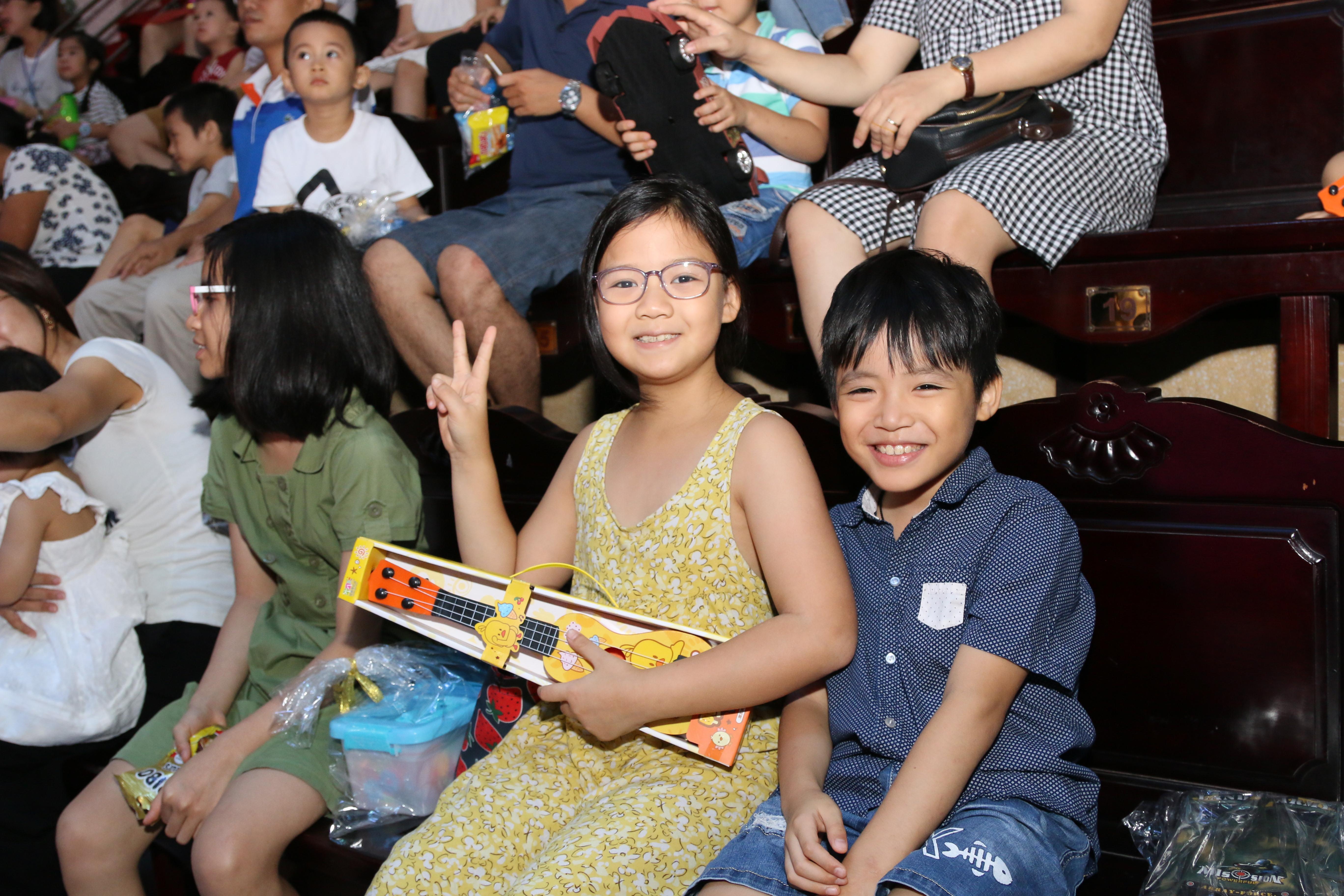 Cả gia đình anh Nguyễn Quốc Đông (Phó Giám đốc FHN) bày tỏ thích thú và phấn khởi khi thưởng thức các tiết mục đặc sắc của xiếc nghệ thuật, mang đến nhiều tiếng cười sảng khoái, những điều kỳ thú và bổ ích dịp hè. Anh Đông mong muốn công ty tổ chức nhiều hơn nữa các hoạt động cho các FPT Small tham gia.