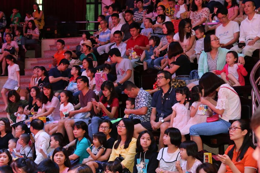 Trong rạp xiếc mọi khán đài đều chật kín các bé và phụ huynh. FPT Small được thưởng thức các tiết mục biểu diễn đặc sắc đến từ trường Xiếc nghệ thuật Việt Nam với các tiết mục như: Alibaba và những tên cướp, Xiếc dây lụa, Cánh chim Việt Nam, Khát vọng, lớp học của những chú cún, những chú hề vui nhộn...