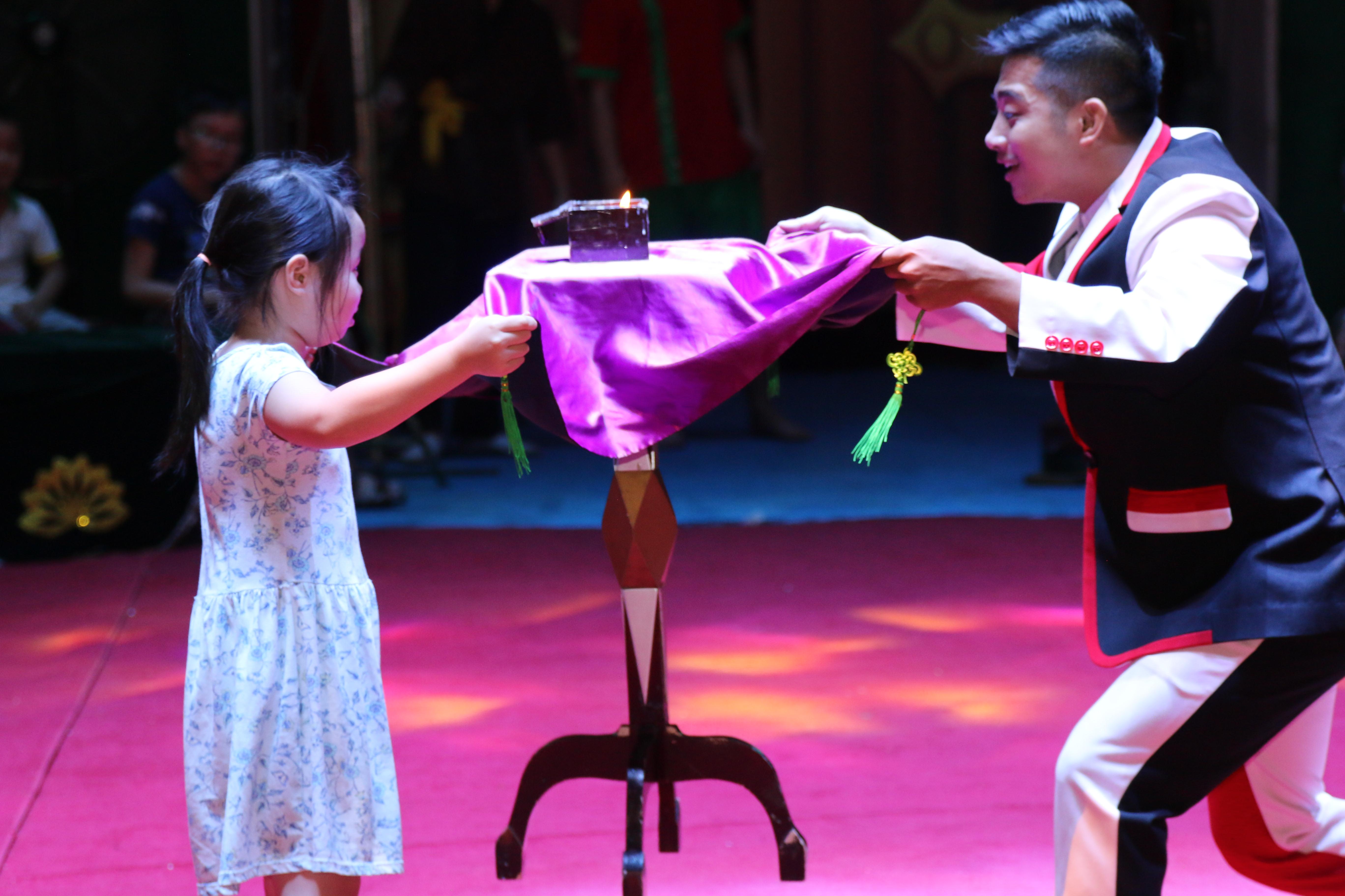 Nghệ sĩ ảo thuật giao lưu với các em nhỏ tại sân khấu. Những hoạt động trải nghiệm không chỉ giúp các con giải trí lành mạnh mà còn được học hỏi, gia tăng sự sáng tạo và kích thích khát khao khám phá.