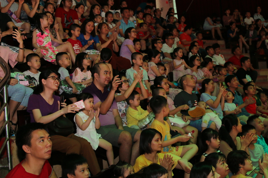 Các tiết mục biểu diễn mang đến những tràng vỗ tay không ngớt. Trong khi bé luôn nở nụ cười rạng rỡ, các bậc phụ huynh cũng hào hứng không kém khi thưởng thức những màn trình diễn.
