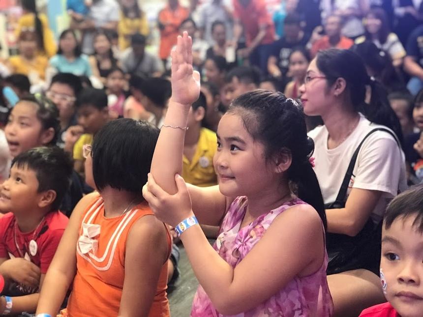 16h30, các bé tập trung tham gia sinh hoạt cùng chương trình. Mở đầu là màn ảo thuật đặc sắc, thu hút sự chú ý của các bé và phụ huynh.