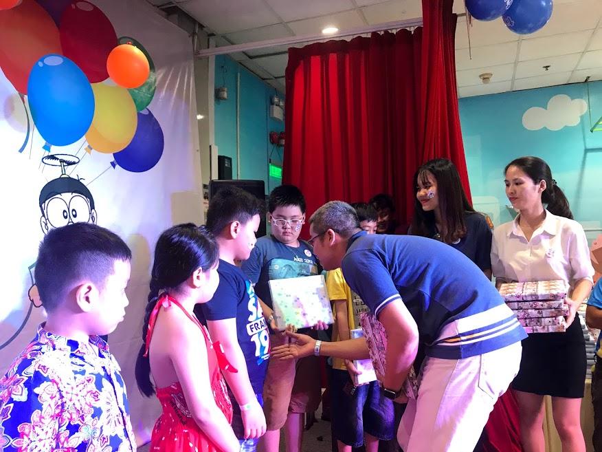 Ngay sau khi kết thúc màn ảo thuât, lãnh đạo PNC gồm Giám đốc Phạm Như Hoài Bảo và PGĐ Đặng Thị Huệ Chi trao phần thưởng cho các bé có thành tích học tập tốt trong năm 2018-2019.