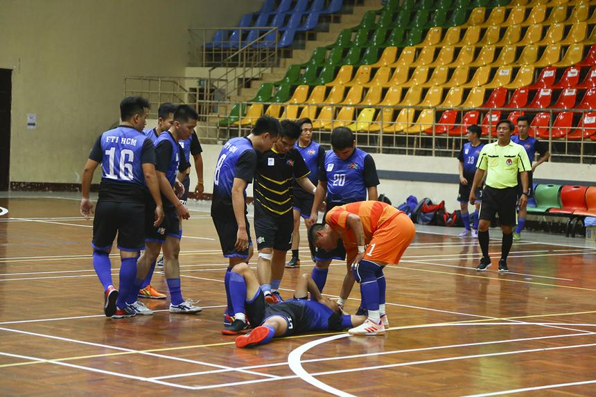 Trận đấu diễn ra với tốc độ cao khiến không ít tình huống va chạm, phạm lỗi xảy ra giữa cầu thủ hai đội.
