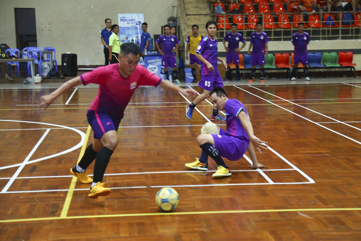 Nhập cuộc với quyết tâm, PayTV tấn công ngay từ những phút đầu tiên nhưng dù đã đối diện khung thành ở cự ly chừng 1 mét, các cầu thủ áo hồng vẫn không thể ghi bàn.