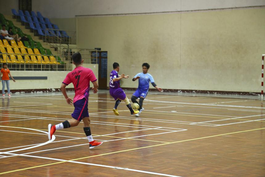 Càng dâng cao tấn công, đội bóng áo hồng càng rơi vào bẫy phản công khiến thủ môn của họ nhiều lần phải băng ra ngoài vòng cấm để phá bóng.
