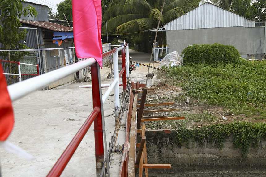 Trong số những cây cầu Hy Vọng được khánh thành trong ngày 5/3, cầu Bà Mười (Hy Vọng 20) hiện vẫn đang giai đoạn hoàn thiện một số chi tiết như: lan can cầu và nền đường.