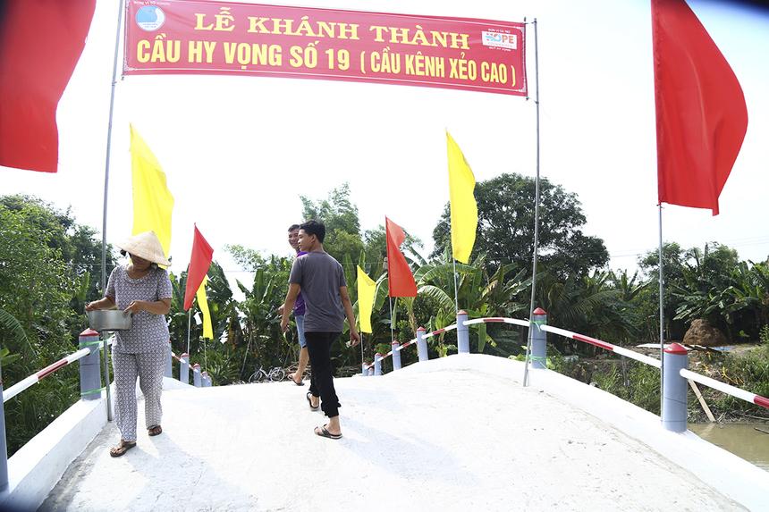 Trong số những cây cầu được khánh thành đợt này, cầu Hy Vọng số 19 (kênh Xẻo Cao) bắc qua phường Thạnh Hòa (quận Thốt Nốt) có quy mô bề thế nhất.