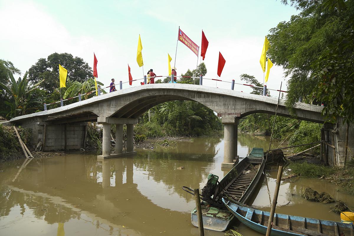 Cầu dài 36m, rộng 4m, độ thông thuyền 4m với tổng kinh phí hơn 261 triệu đồng. Trong đó, quỹ Hy vọng tài trợ hơn 128 triệu đồng từ nhà tài trợ là thành viên nhóm hồ bơi Phú Thọ.