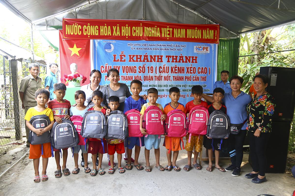 Cũng trong buổi lễ khánh thành, quỹ Hy vọng cũng trao 10 phần quà cho các em học sinh có hoàn cảnh khó khăn trên địa bàn.