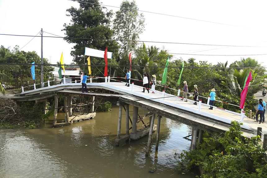 Được khánh thành muộn nhất trong đợt này là cầu kênh Xáng Cụt ở phường Tân Hưng, quận Thốt Nốt (TP Cần Thơ). Điểm đặc biệt là cây cầu cũ được giữ nguyên và sẽ gia cố lại để tận dụng thành làn đường đi bộ.