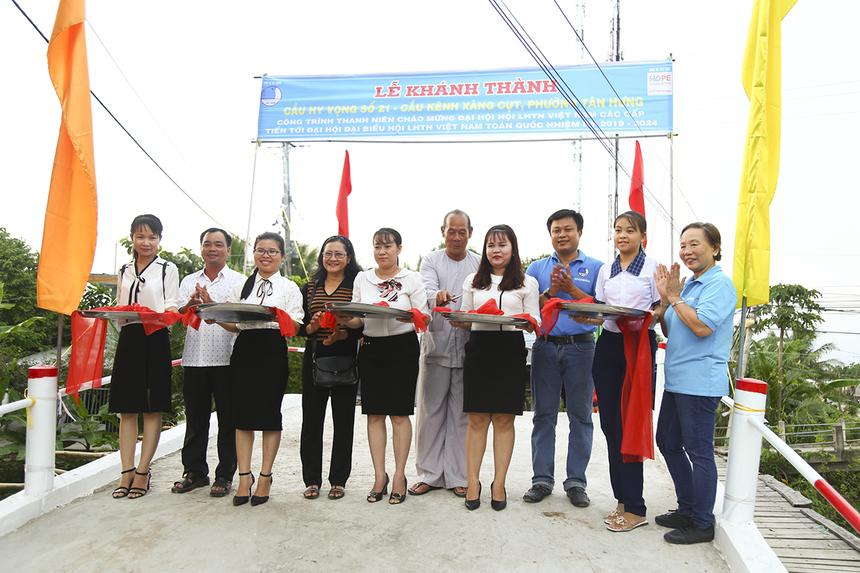 Cầu Hy Vọng 21 được tài trợ gần 136 triệu đồng từ quỹ Hy vọng với tổng kinh phí xây dựng hơn 272 triệu đồng. Phần còn lại do bà con và chính quyền địa phương tự vận động. Ngoài ra còn có 250 ngày công lao động của nhân dân, đoàn viên thanh niên trong vùng.