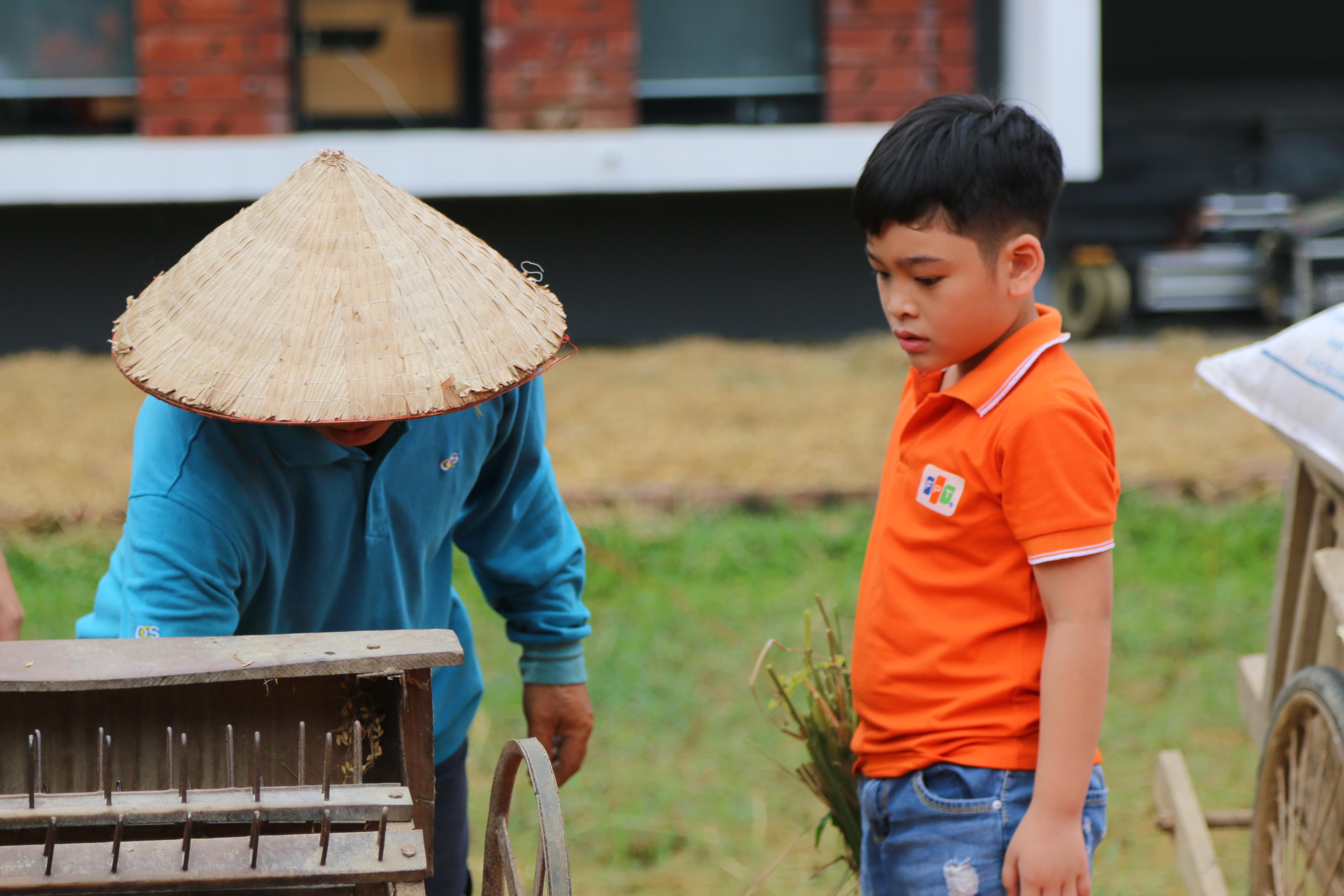 FPT Small cũng theo mẹ xuống ruộng để phụ giúp mang lúa lên tuốt thóc. Bé Nguyễn Việt Anh (con bố Nguyễn Ngọc Sơn - FHO.FST) rất hào hứng vì lần đầu được xuống ruộng, được giúp bố mẹ gặt lúa. Đây là trải nghiệm rất đáng nhớ trong kỳ học hè tại F-Ville.