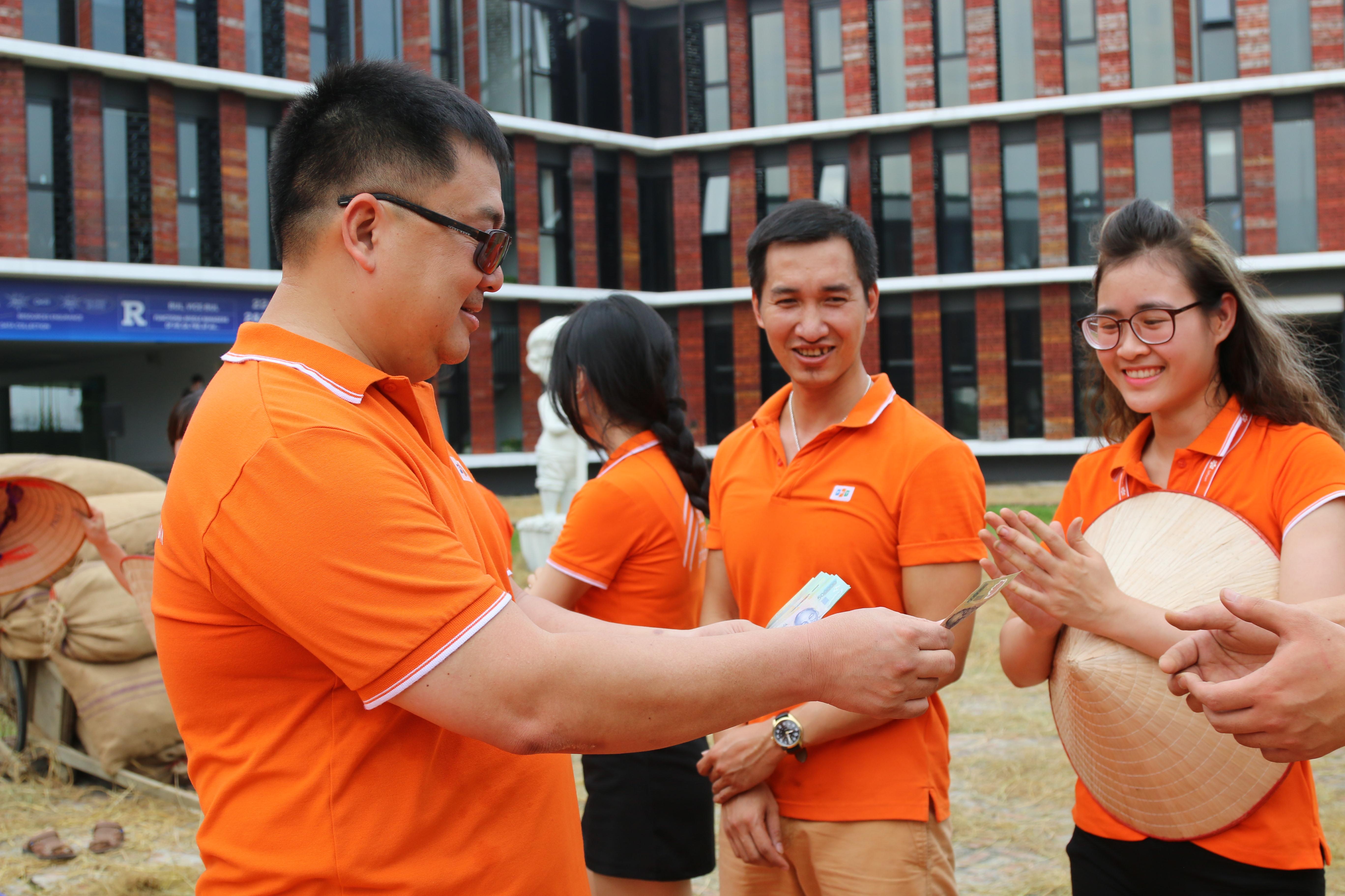 Chủ tịch FPT Software thưởng cho 2 thành viên về nhất là anh Trần Văn Quá (FHN.DPS) và chị Hoàng Thị Kim Tuyến (SSC.HL) mỗi người 1 triệu đồng. Những cuder còn lại trong cuộc thi cắt lúa được thưởng mỗi người 500.000 đồng.