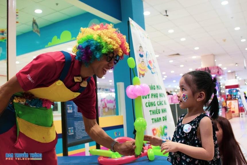 Khi đến tham gia, các bé được chú hề tặng một bong bóng tạo hình theo yêu cầu và một thẻ miễn phí tham gia các trò chơi như nhà banh, xếp mô hình, búp bê, điện tử tích điểm… trong khu vui chơi.