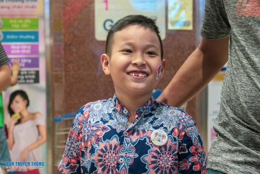 """15h ngày 1/6, con CBNV thuộc Trung tâm quản lý đối tác phía Nam (Phương Nam - PNC) bắt đầu buổi """"vui hết cỡ"""" tại Khu vui chơiTini Worldtrên đường Hòa Hảo (TP HCM). Đây là lần đầu tiên PNC tập trung bố mẹ và con cùng vui chơi. Những năm trước, trung tâm chỉ gửi quà nhỏ cho các bé và phần thưởng dành riêng con em CBNV có thành tích học tập xuất sắc."""