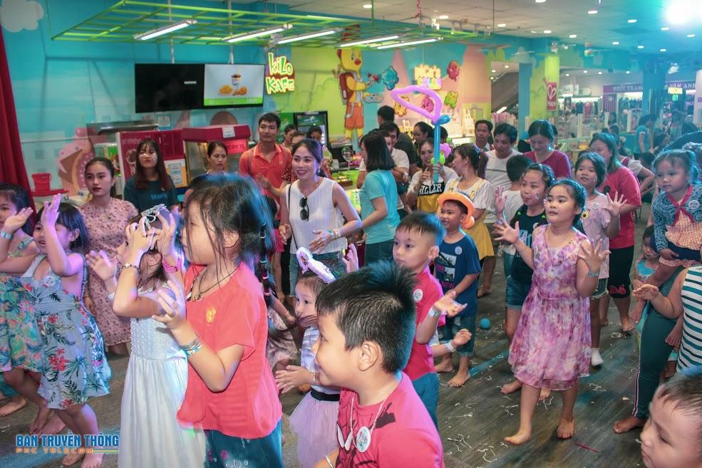 """Kết thúc chương trình là màn nhảy sôi động của tất cả các bé và phụ huynh với ca khúc """"Chiếc bụng đói""""."""