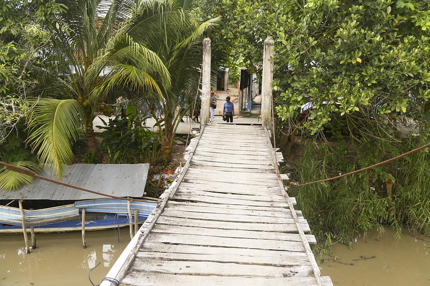 Cầu Mương Gỗ 1 nối liền hai bờ kênh Mương Gỗ thuộc địa bàn ấp Thạnh Lộc, xã Trung Thạnh, huyện Cờ Đỏ được xây dựng bằng ván gỗ cách đây gần 20 năm hiện đã xuống cấp nghiêm trọng dù trải qua một số lần tu bổ.