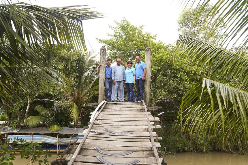 """""""Bà con ở đây ai cũng mong muốn có nhà tài trợ giúp đỡ được xây lại cây cầu mới để đi lại thuận lợi hơn. Cây cầu gỗ thường trơn trượt khiến dân quanh vùng té xuống sông nhiều lần lắm, năm nào cũng có hết nhưng chúng tôi """"lực bất tòng tâm"""" khi muốn bắt cầu bê tông. Nghe chính quyền nói có Quỹ Hy vọng hỗ trợ tui mừng muốn rơi nước mắt. Bà con trong vùng ao ước cây cầu từ lâu rồi, mừng lắm, mong chờ lắm. Bắt được cây cầu sẽ giúp việc lưu thông trở nên thuận lợi, đi lại dễ dàng, góp phần phát triển kinh tế trong vùng"""", chú Võ Văn Sĩ (ấp Thạnh Lộc, xã Trung Thạnh, huyện Cờ Đỏ, TP Cần Thơ) cho biết."""