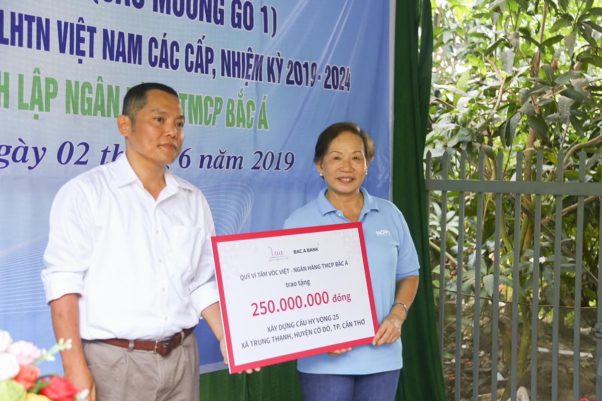 Đại diện ngân hàng TMCP Bắc Á cho biết đây là cây cầu đầu tiên ngân hàng và Quỹ Vì Tầm vóc Việt đồng hành với Quỹ Hy vọng. Việc xây dựng những cây cầu bê tông cho bà con miền sông nước cũng chính là hành động thiết thực mà đơn vị mong muốn hướng đến trong thời gian tới.