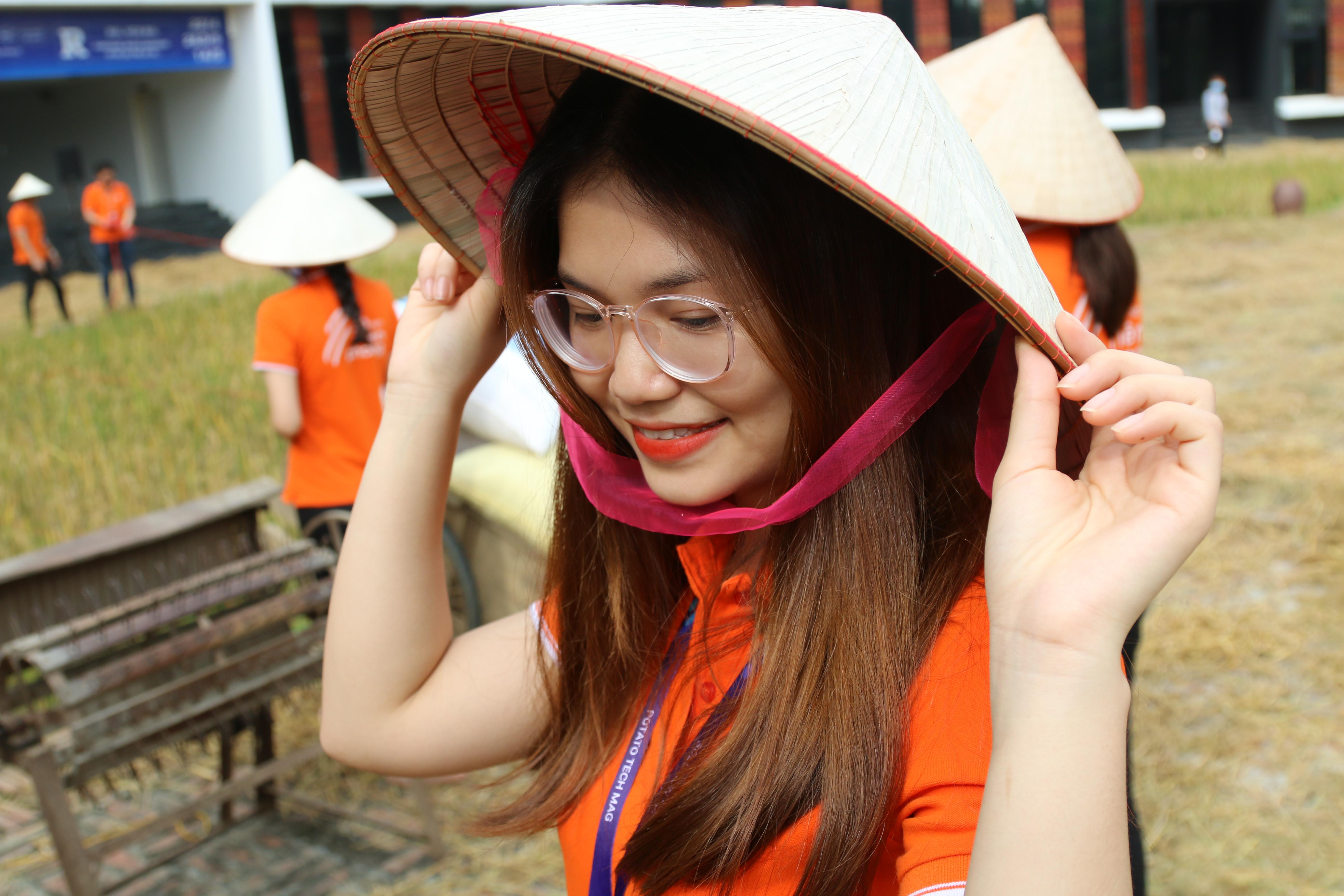 Sinh năm 1995, Nguyễn Thu Trang hiện làm việc tại Trung tâm chia sẻ dịch vụ Hòa Lạc (SSC. HL). Mỗi bức ảnh của nữ lễ tân thu hút hàng trăm lượt like.