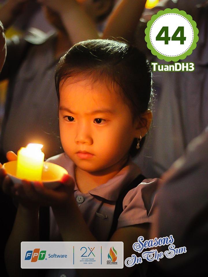 Nét đẹp tự nhiên của cháu Đặng Vân Nhi, con gái anh Đặng Hùng Tuấn, FPT DPS, cũng nằm trong top 10 bức ảnh Ấn tượng. Trước đó, các em nhỏ và người thân FPT Software Đà Nẵng đãđược trải nghiệm nhiều hoạt động vui chơi tại khu vui chơi Sun World Danang Wonders, quận Hải Châu. Không chỉ chăm lo đời sống của các CBNV, FPT còn tổ chức rất nhiều hoạt động, chương trình dành cho các em nhỏ là con của CBNV để họ yên tâm làm việc, công tác trong những ngày nghỉ hè của con mình. Hằng năm, FPT đều tổ chức các hoạt động cho các bé như: Sinh hoạt hè, dã ngoại, thi vẽ tranh, câu lạc bộ mùa hè, tham quan nơi làm việc của bố mẹ...