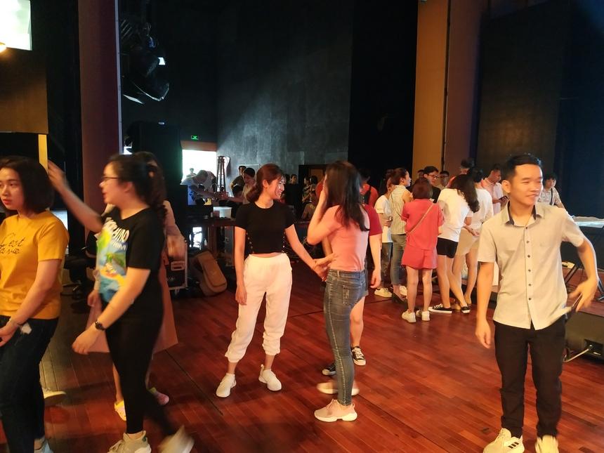Từ 8h sáng nay (ngày 5/6), đội thi từ bảy đơn vị thành viên có mặt sớm. Các đội có buổi tổng duyệt tại Cung văn hóa hữu nghị Việt - Trung, số 188 Lê Quang Đạo, Từ Liêm, Hà Nội.