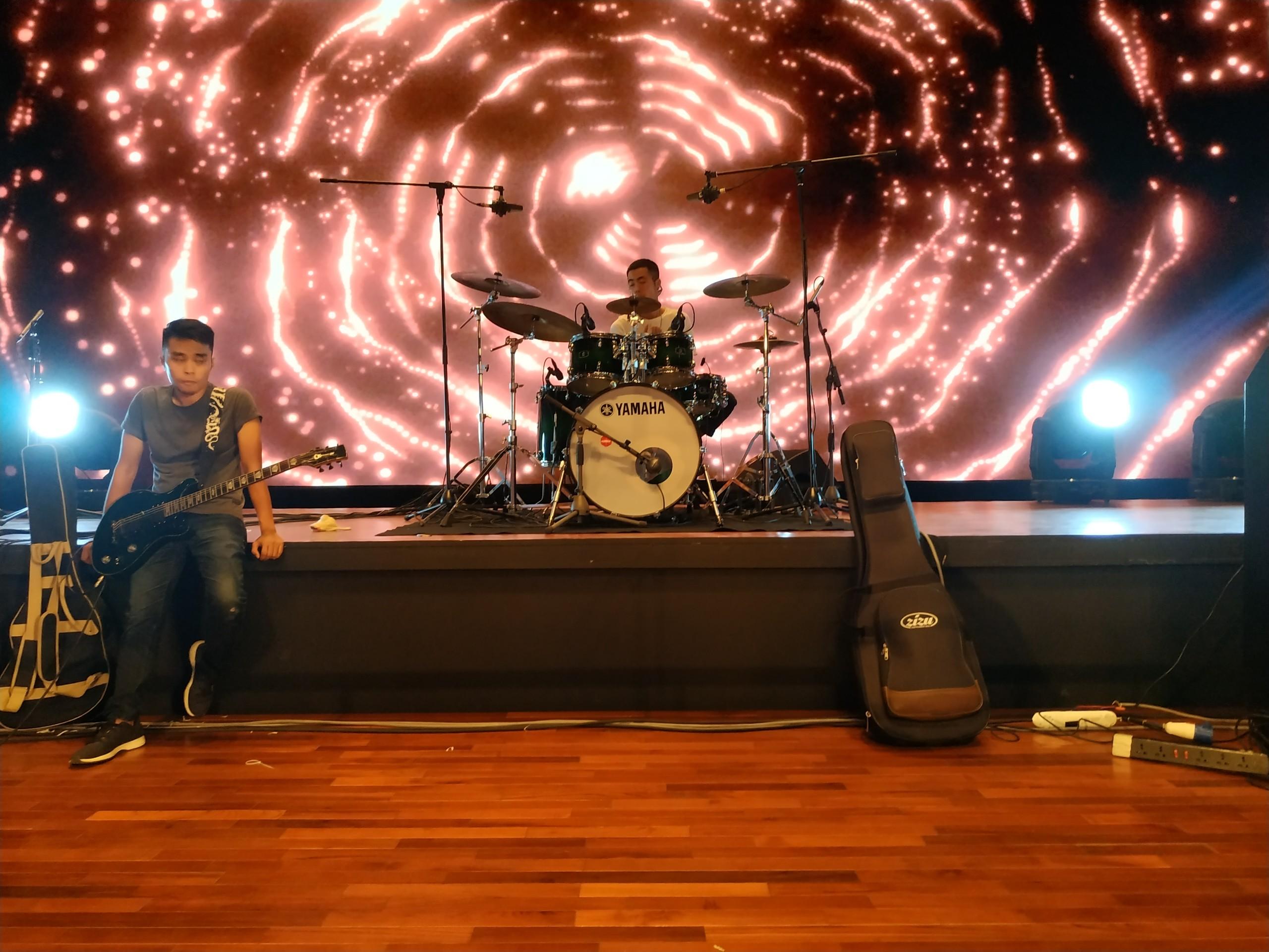 Ban nhạc Lãng Du thử trống và các thiết bị nhạc trên sân khấu.