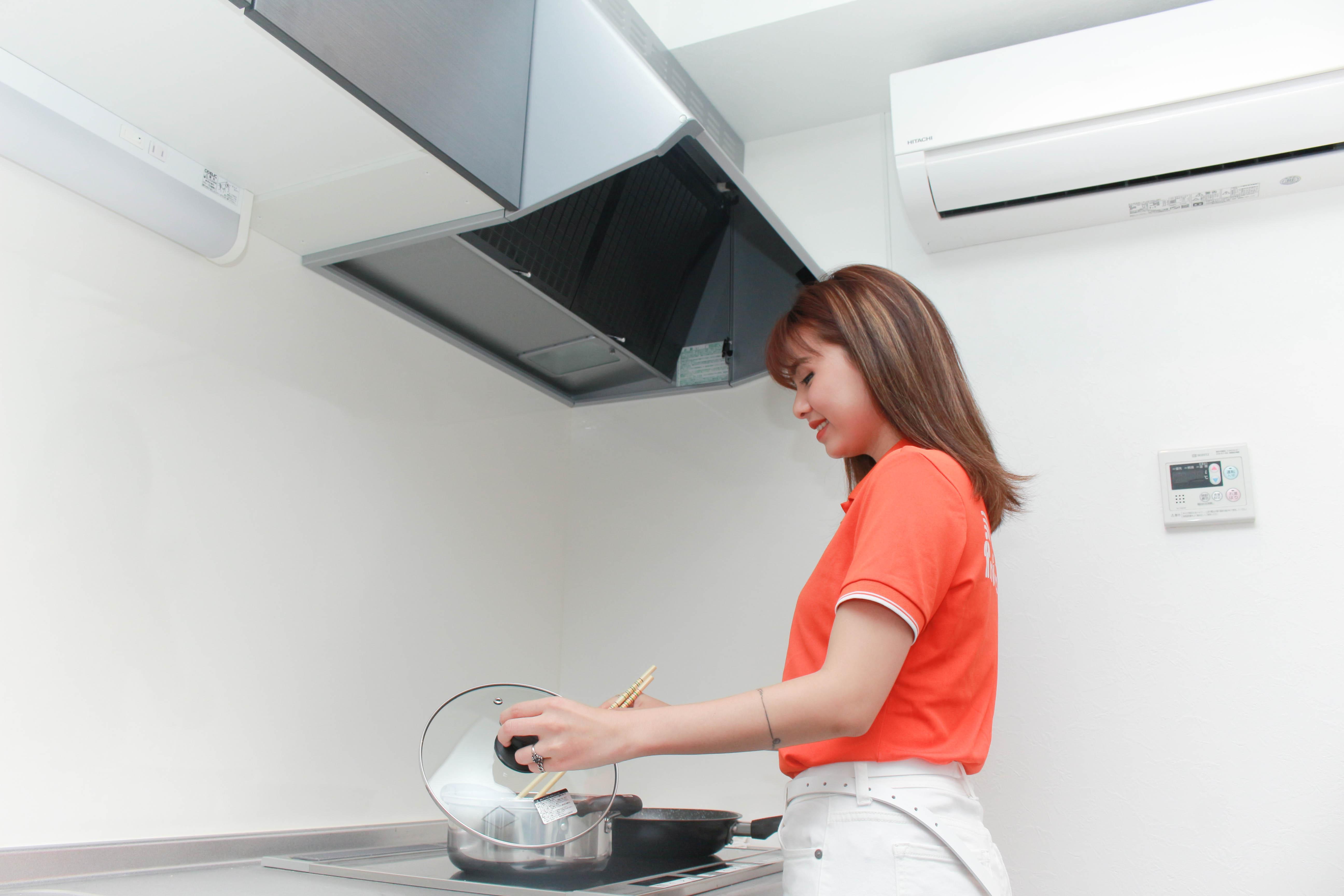 Phòng bếp còn được trang bị máy hút mùi và điều hòa nhiệt độ.