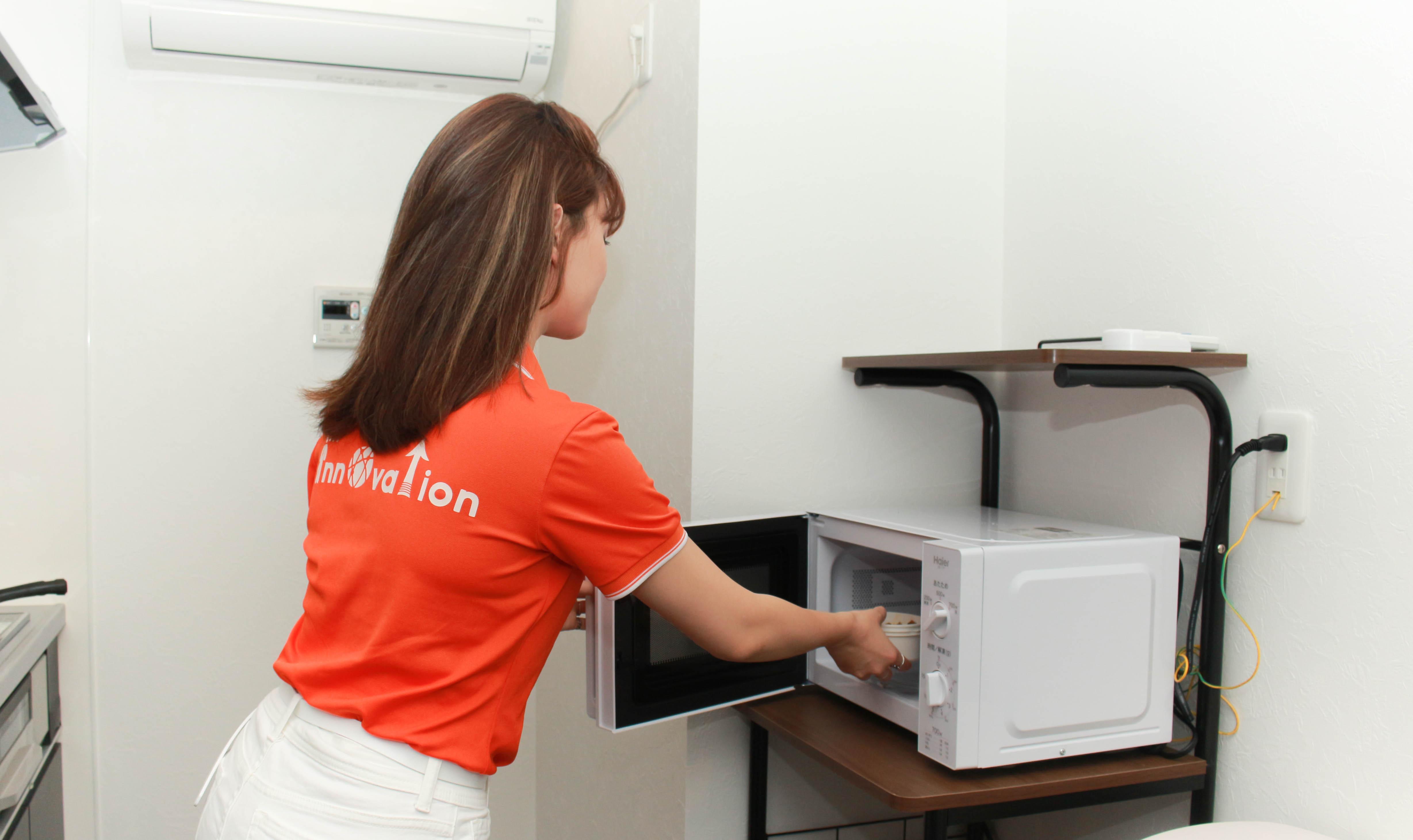 Lò vi sóng tiện lợi giúp hâm nóng thức ăn nhanh chóng.