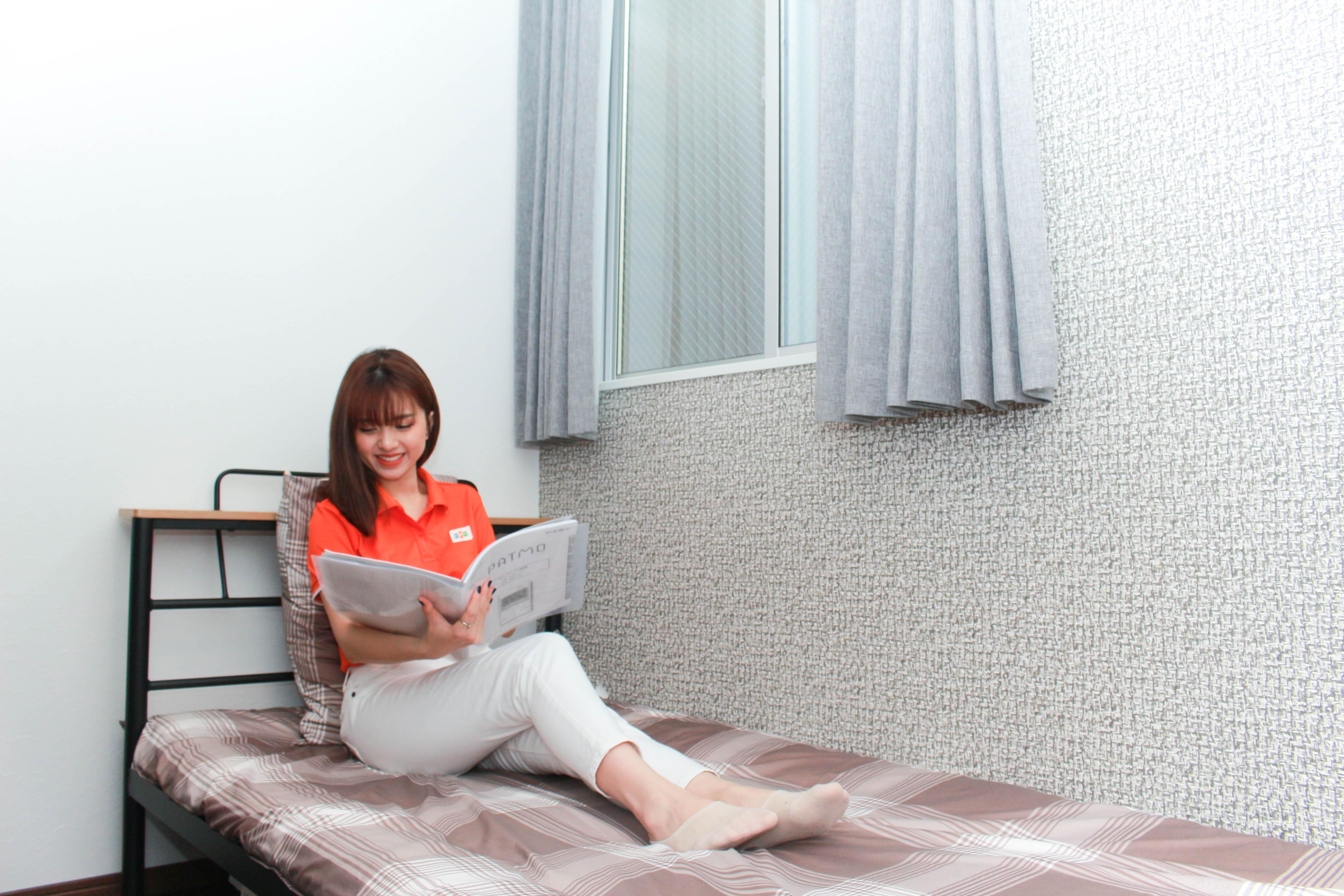 Mỗi phòng ngủ rộng khoảng 7m2 được trang bị 1 giường, chăn - gối - đệm. 1 giá treo quần áo, bộ bàn làm việc, bát - đũa,...