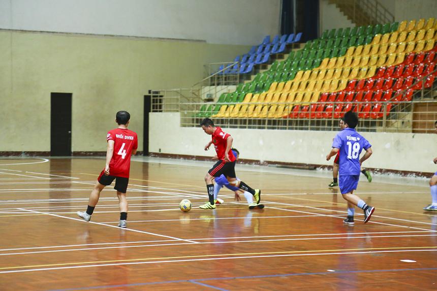 Các cầu thủ áo đỏ dù thi đấu rất nỗ lực nhưng với đội hình thiếu hụt chân sút quan trọng Đỗ Hữu Ngân nên họ thiếu di các phương án tiếp cận khung thành đối phương.