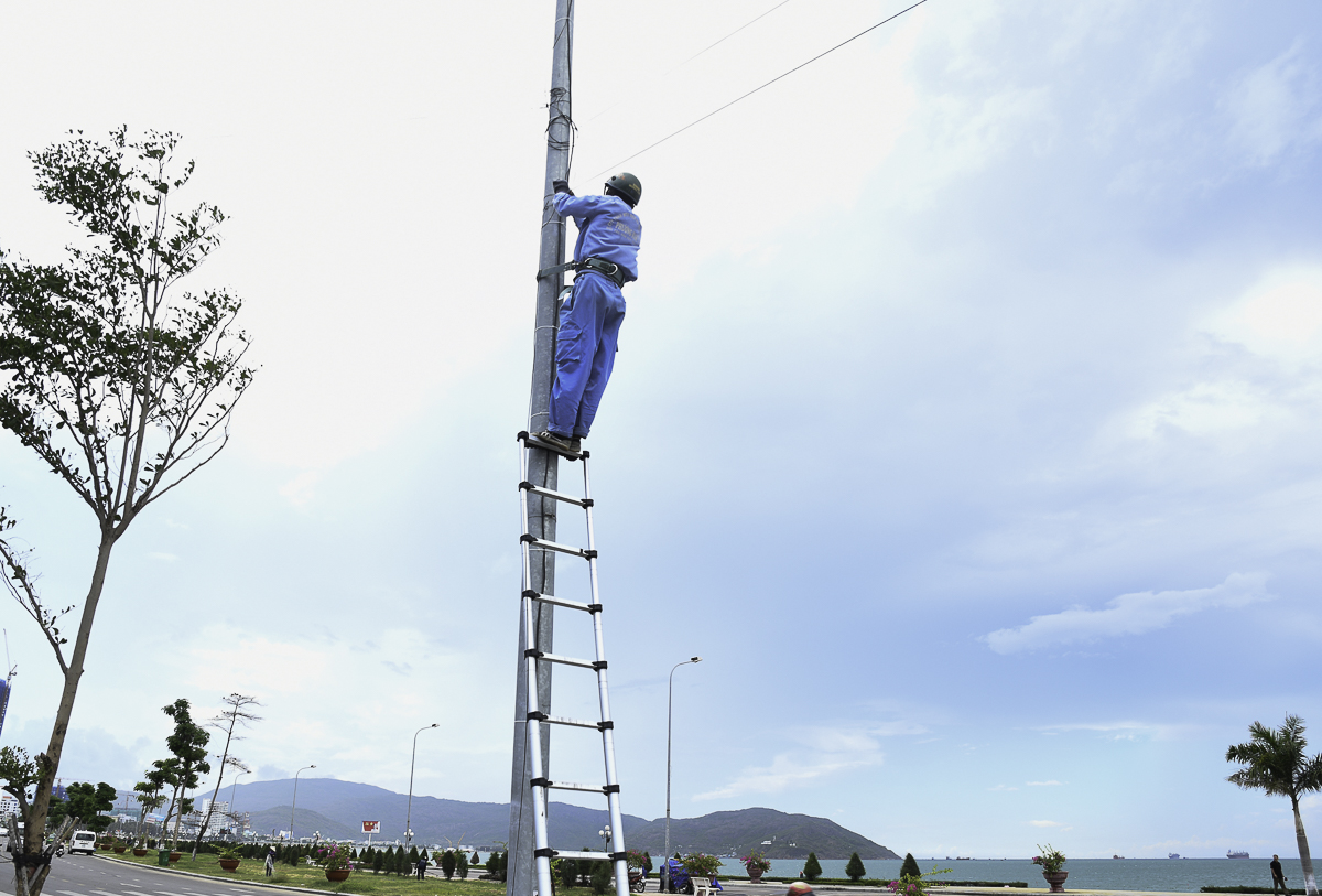 Vị trí kéo dây là dọc đường ven biển Xuân Diệu,gần quảng trường Nguyễn Tất Thành - khu vực chính của sự kiện.Do hạ tầng quanh đây không có sẵn nên đơn vị phải xin phép Công ty Chiếu sáng đô thị để kéo dây tạm lên các cột đèn trong thời gian diễn ra sự kiện. Tổng cộng, các kỹ thuật viên FPT Telecom phải leo lên 15 cột xung quanh khu vực để triển khai.