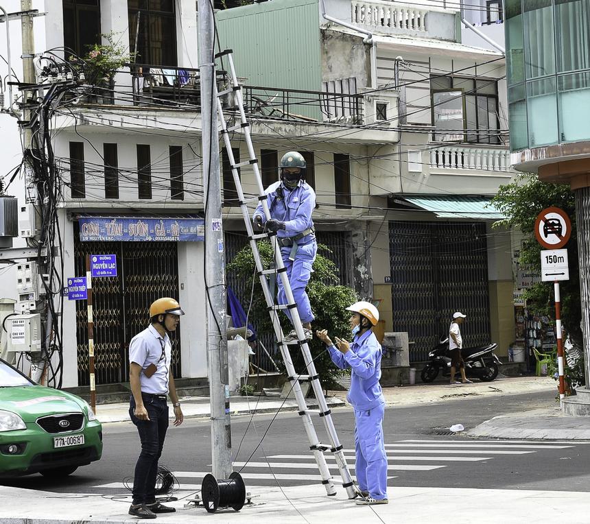 Kỹ thuật viên điều hành Huỳnh Tiến Thạnh theo dõi và hỗ trợ việc triển khai.Hai đường dây (băng thông 80MB/line) được đi theo 2 chiều, nối với 2 hộp tập điểm khác nhau để đề phòng rủi ro.