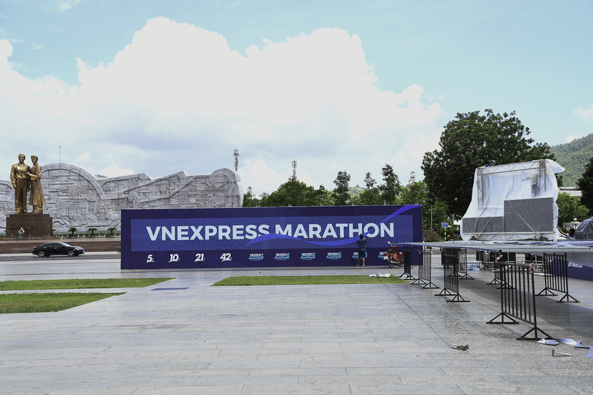 Cách đó 200m, tại quảng trường Nguyễn Tất Thành, Ban tổ chức bắt đầu set-up các khu vực sự kiện.