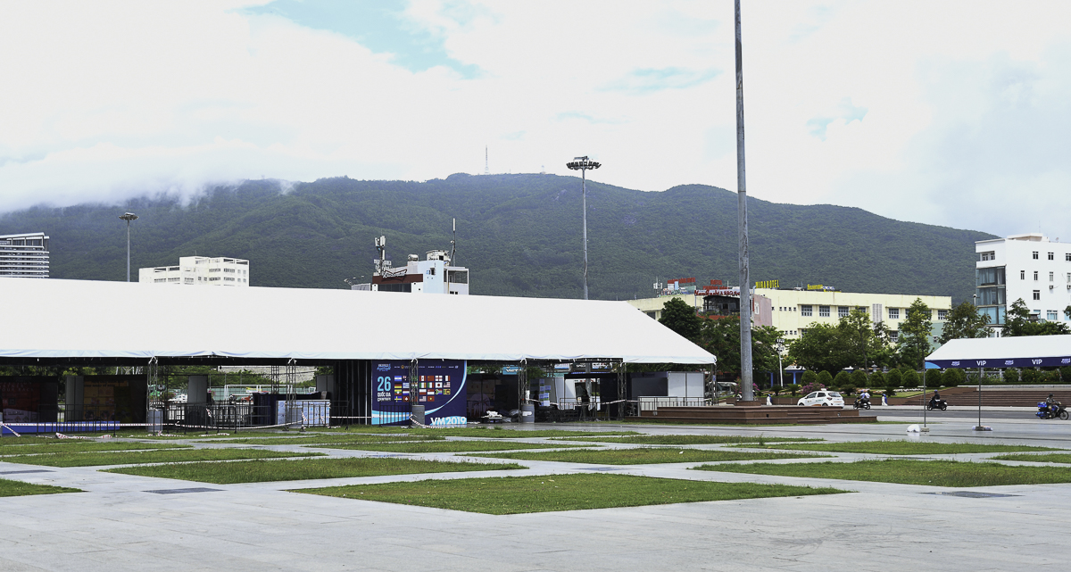 Đây là quảng trường lớn nhất Quy Nhơn, nơi tổ chức các sự kiện lớn, với tầm nhìn đẹp mắt, một bên là biển - một bên là núi.