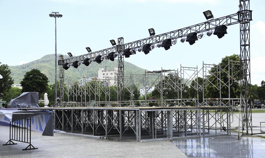Sân khấu chính với dàn đèn led đang được lắp đặt, dự kiến hoàn thành chiều nay.