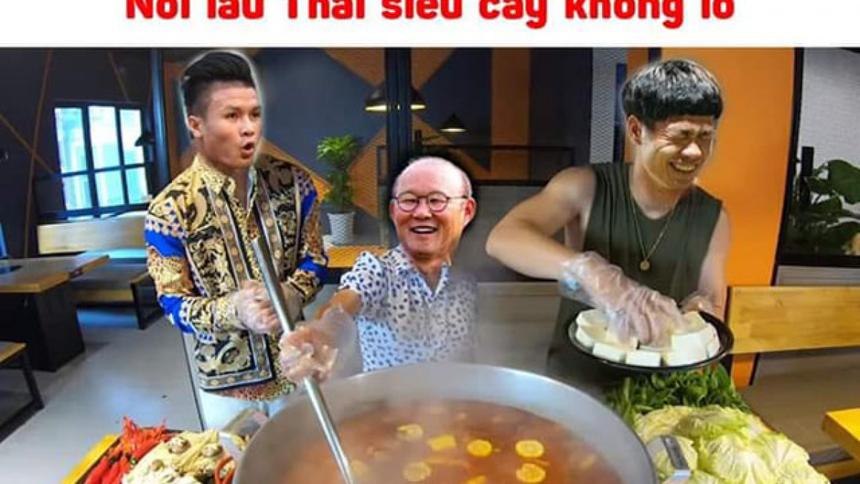 Ảnh chế Công Phương, Quang Hải và thầy Park trổ tài nấu lẩu Thái khổng lồ.