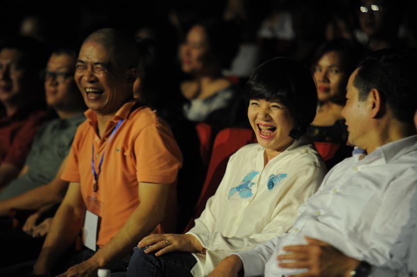 Giám khảo của Sao Chổi gồm Nhạc sĩ Trương Quý Hải, MC Diễm Quỳnh và tay ghi-ta nổi danh của Bức Tường - Trần Tuấn Hùng. MC Diễm Quỳnh nhận xét FPT có rất nhiều tài năng, có thể tỏa sáng ở sân khấu chuyên nghiệp. Chị dành lời khen cho hội diễn Sao Chổi của FPT, là một sân chơi âm nhạc chuyên nghiệp đúng nghĩa.