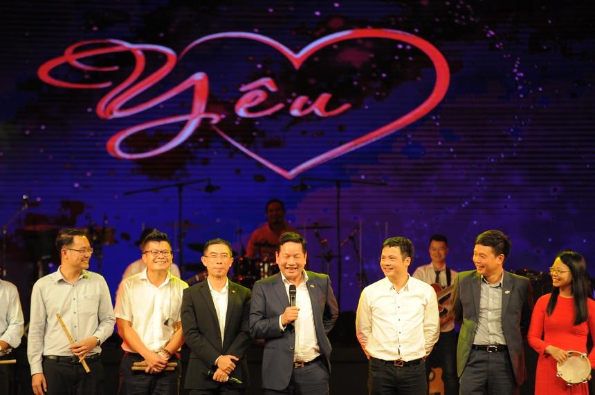 19h30, đêm diễn Sao Chổi 2019 được tổ chức trên sân khấu trong nhà của Cung văn hóa hữu nghị Việt - Trung (Hà Nội), địa điểm tổ chức có quy mô lớn nhất trong lịch sử Sao Chổi miền Bắc, với sức chứa trên 1.500 người. Trước đó một tiếng, khán giả và các đội thi có mặt đông đủ, phủ gần kín các hàng ghế ngồi. Năm 2019 là lần đầu tiên các lãnh đạo cao cấp FPT tập hợp thành ban nhạc Boss Band, biểu diễn trực tiếp trên sân khấu. Lĩnh xướng của ban nhạc quyền lực nhất FPT gồm Chủ tịch Trương Gia Bình, CEO FPT Telecom Hoàng Việt Anh và TGĐ FPT Software Phạm Minh Tuấn.