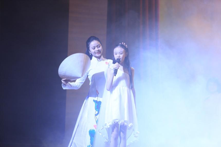 Liên quân FHO - FPT Online khai màn, bắt đầu phần thi với liên khúc Cho con là người Việt Nam và Tự nguyện. Trong bài hát mở đầu, sân khấu Sao Chổi tái hiện không gian ký ức tuổi thơ êm ả với cánh đồng, trò chơi dân gian, thả diều, bắt dế… Điểm nhấn của tiết mục là màn múa nón lá và phần biểu diễn của FPT Small hồn nhiên trong tình yêu thương của mẹ và vẻ đẹp quê hương.