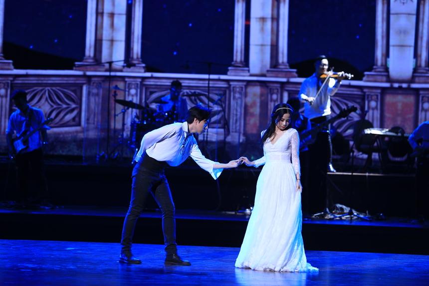 """FPT Software kể câu chuyện tình nhiều nước mắt của Romeo và Juliet, qua giọng hát """"diva"""" Tô Thanh Hằng. Cuộc tình đẹp khi bắt đầu nhưng dẫn theo nhiều bi kịch. Kết thúc bằng cái chết của hai nhân vật chính."""