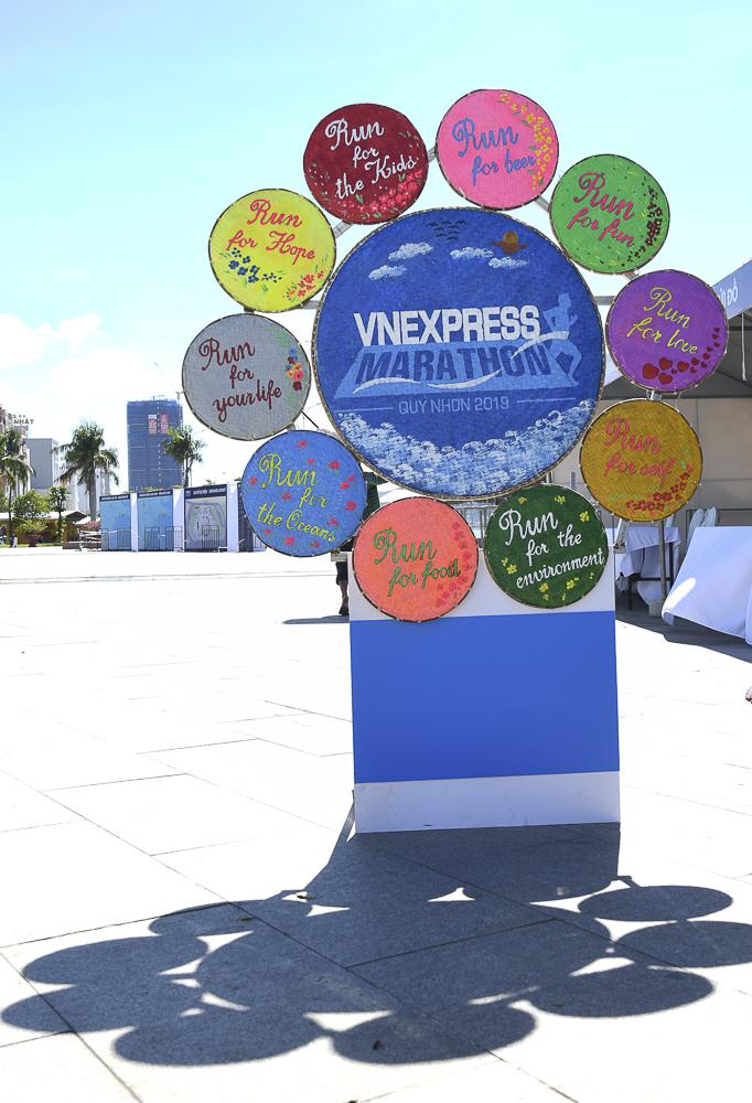 Những chiếc mẹt tre màu sắc vớinhững dòng slogantreo ở khu triển lãm thể hiện những nét vừa bình dân vừa hiện đại, thân thiện với bạn bè trong và ngoài nước. Gần đó, dòng chữ VnExpress Marathon cao hơn 1 mét đã được dựng lên.